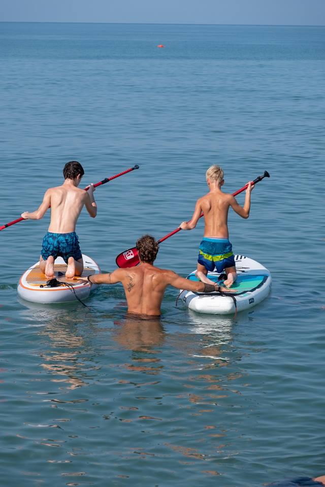 Mare in libertà tra sup e surf con i giovani disabili della Toscana